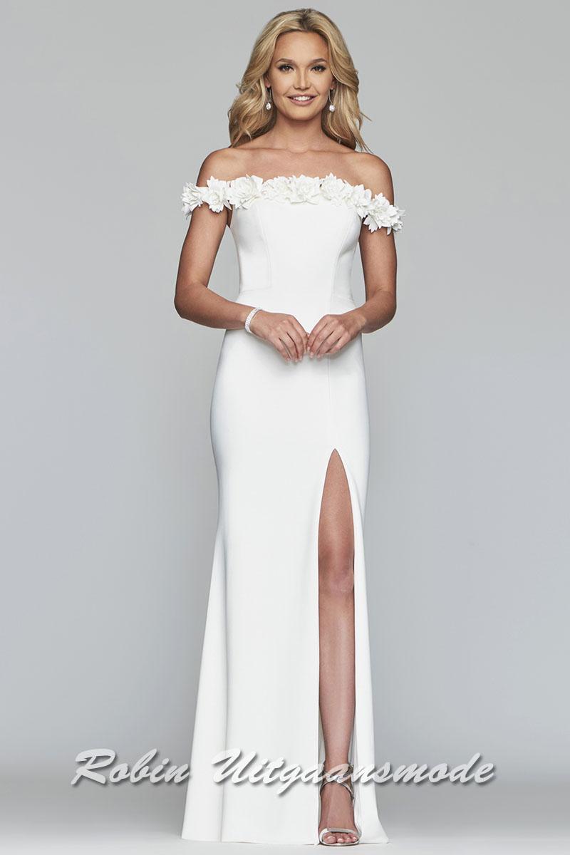 1933e9a0bd65a1 Lange witte bruidsjurk met een hoge split en een strapless halslijn welke  gedecoreerd is met bloemen