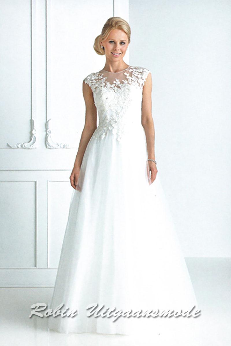 b5a34a99e7b073 Stijlvolle witte trouwjurk met geborduurde kanten lijfje en een  transparante hoge halslijn