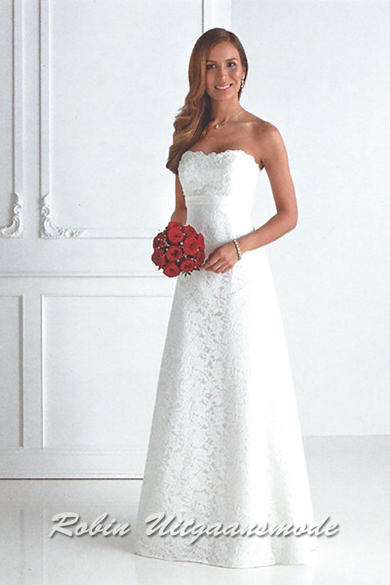 4f498e616d08c2 Charmante strapless witte bruidsjurk met een hartvormige top en de kanten  toplaag bedekt de gehele jurk