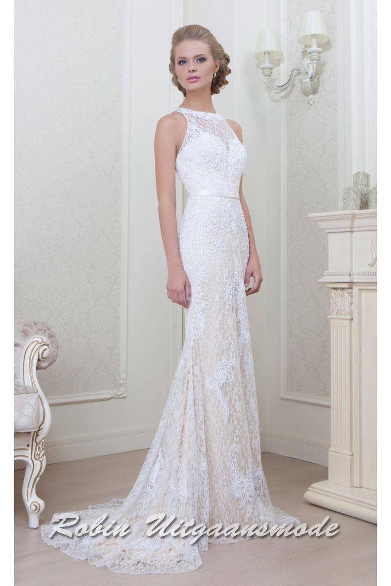 345f280b14c990 Hooggesloten witte bruidsjurk met hartvormige bustier en een geborduurde  kanten toplaag