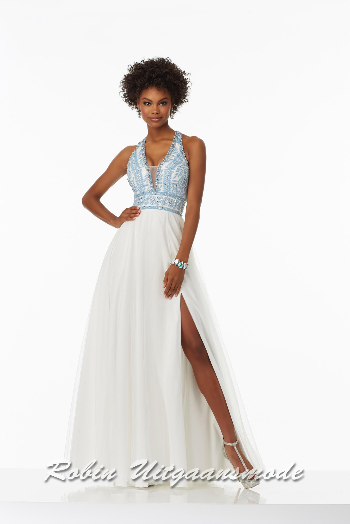 ab0c6a2a089e8a Lange trouwjurk met een lichtblauw kanten halterlijfje en een verborgen  hoge split in de witte rok