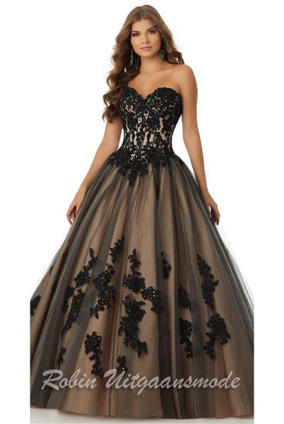 3a14368690fd95 Zwarte trouwjurk met een wijde rok van tule en een kanten top laag