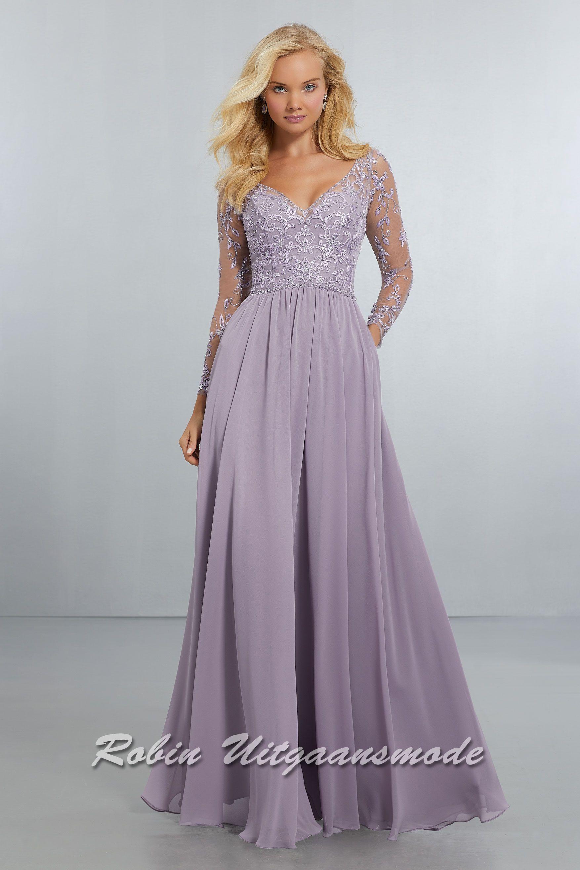 7057372a45b220 Chiffon avondjurk met geborduurd en kralen afgezette bovenlijfje en lange  mouwen. Deze jurk is beschikbaar