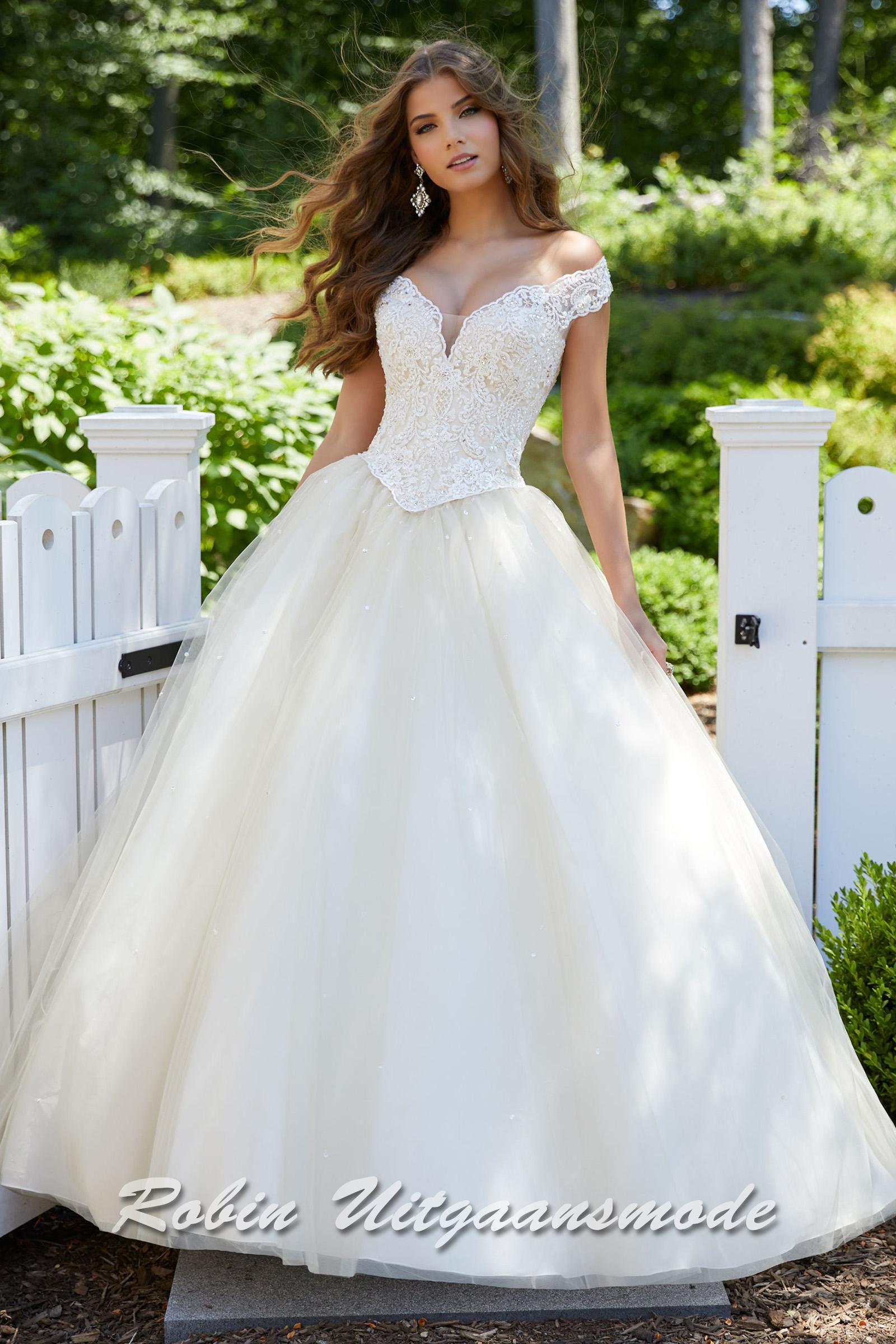 5fabe07e287509 Wijde bruidsjurken taupe gekleurd met kanten lijfje met boothals en wijde  tule rok